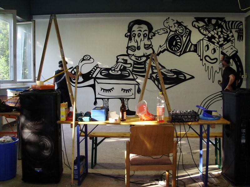 img/streetart/djatworkgr.jpg